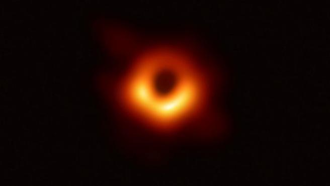 Fotografía facilitada por el CSIC de la primera imagen obtenida de un agujero negro, uno de los grandes misterios del Universo.