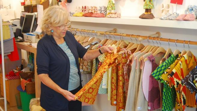 Manuela Carmena en su tienda de ropa infantil Zapatelas en Malasaña.