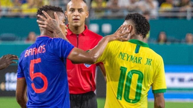 Encontronazo entre Neymar y Wilmar Barrios en el amistoso entre Brasil y Colombia.