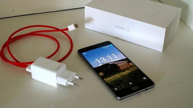 Imagen de un móvil y su cargador.