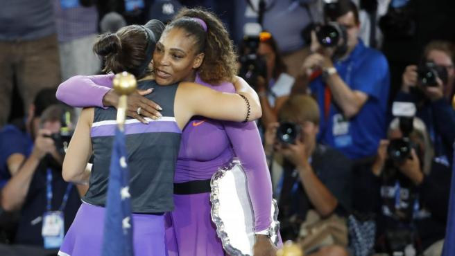 Bianca Andreescu y Serena Williams se abrazan después de la final del US Open.
