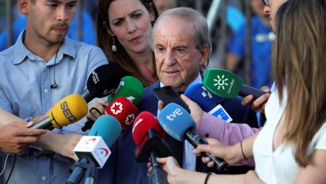 El periodista José María García atiende a los medios de comunicación.