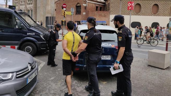 Agentes de la Policía trasladando a un carterista en una operación anterior.