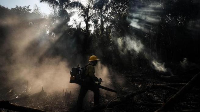 Bomberos de la etnia Tenhari participan en las labores de extinción de un incendio en su reserva indígena, en el sur del estado de Amazonas, en Brasil.