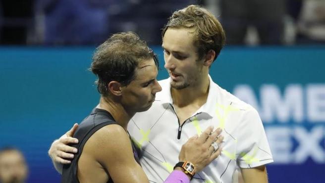 Rafael Nadal y Daniil Medvedev, tras disputar la final del Abierto de Estados Unidos, en la que se impuso el tenista español.