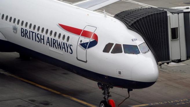Un avión de British Airways en el aeropuerto londinense de Heathrow.