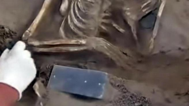 Un grupo de arqueólogos encontró en la Atlántida rusa un iPhone de más de 2.100 años de antigüedad.