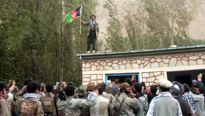 Las fuerzas de seguridad de Afganistán colocan una bandera nacional tras arrebatar a los talibanes el control del distrito de Wardooj, en la provincia de Badajshán, al noreste del país.