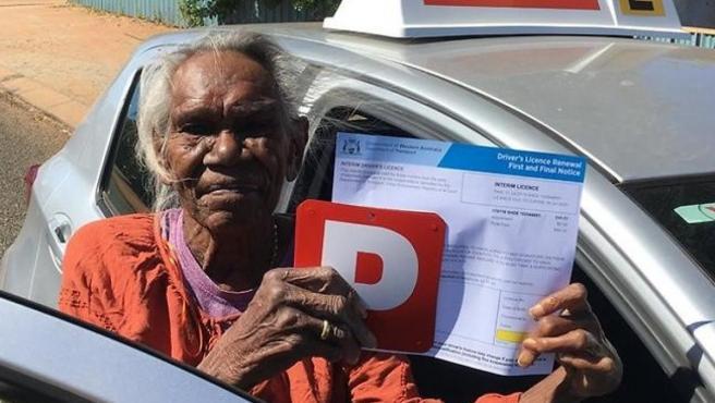 Winnie Sampie, de 75 años, con su recién sacado permiso de conducir.