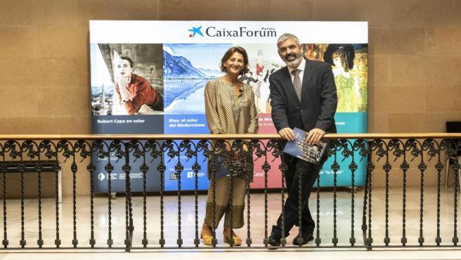 La directora de CaixaForum Palma, Margarita Pérez-Villegas, y el director del área de Cultura y Divulgación Científica de la Fundación La Caixa, Ignasi Miró.