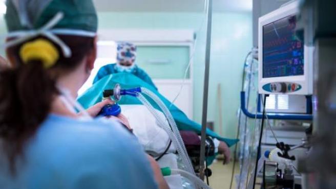 Una persona hospitalizada en una cama, en una imagen de archivo.