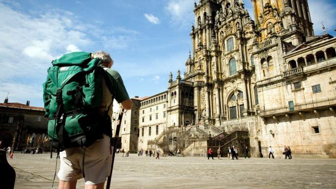 Un peregrino, ante la Catedral de Santiago.
