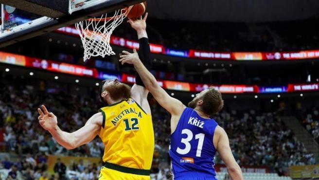 Martin Kriz (República Checa) lucha por un balón frente Aron Baynes (Australia).