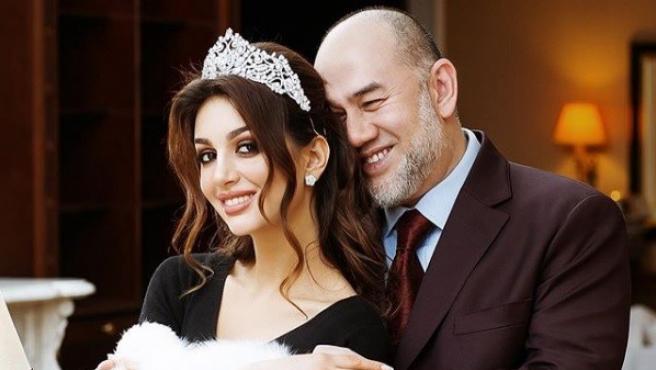 La miss rusa Rihana Petra y el rey de Malasia Mohamed V.