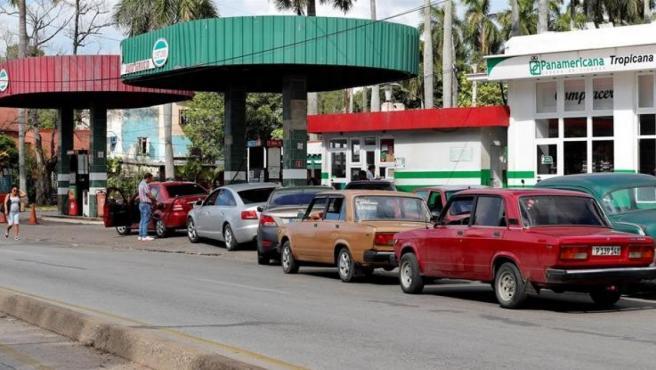 Vehículos esperan para llenar sus tanques de combustible en una gasolinera en La Habana (Cuba).