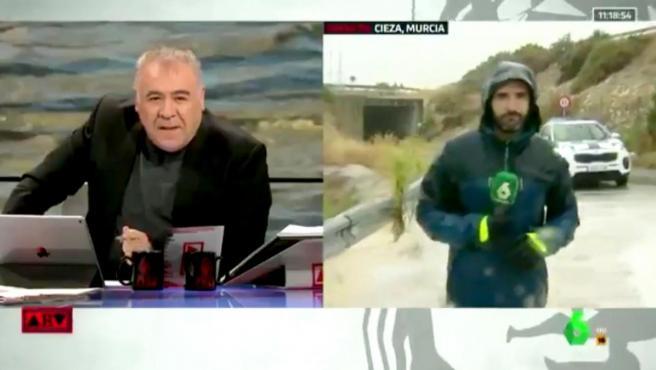 Antonio García Ferreras da paso a un reportero de 'Al Rojo Vivo' que está en medio de una riada.