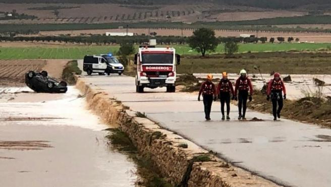 Los bomberos rescatan el vehículo en Caudete (Albacete), en el que dos hermanos, de 51 y 61 años han muerto arrastrados por la riada producida tras el paso de la DANA.