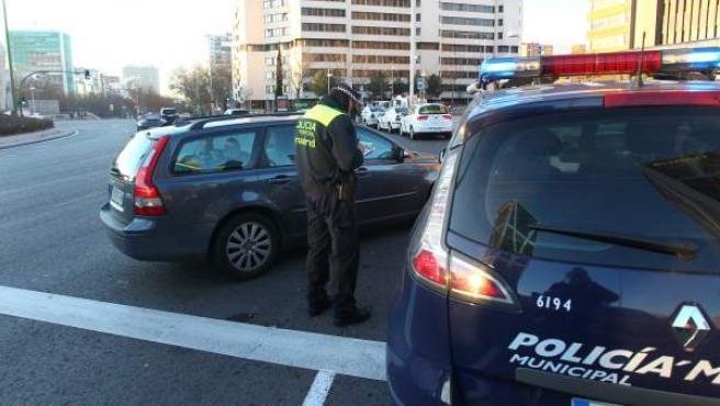 Un agente pone una multa en Madrid al propietario de un vehículo.