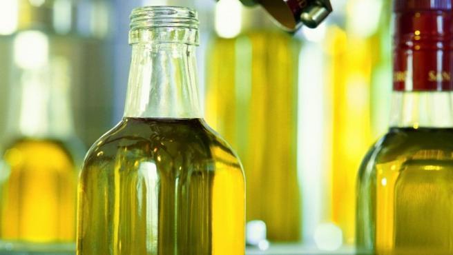 Botellas de aceite de oliva en una planta de envasado.
