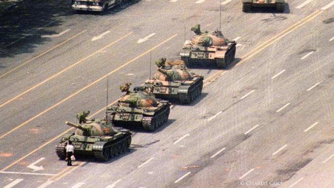 La histórica foto 'Hombre del tanque', realizada en Tiananmen en 1989.