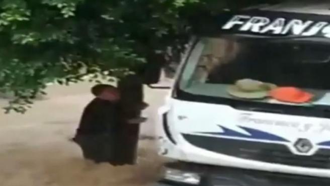 Un camionero rescata son su hormigonera a una joven, que se agarraba a un árbol durante la riada producida por la gota fría en Molina de Segura (Murcia).