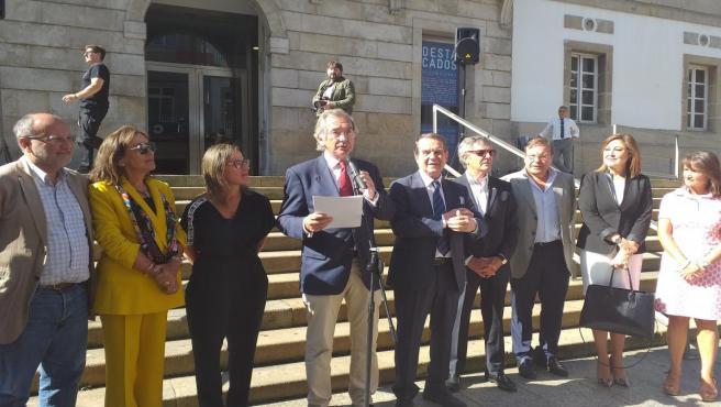 El decano de los ingenieros de caminos, Enrique Urcola, junto al alcalde de Vigo, la conselleira Ethel Vázquez y otros cargos, en la inauguración de una exposición sobre el puente de Rande.