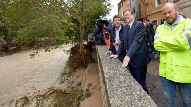 Ximo Puig, presidente de la Generalitat valenciana, visita la zona más afectada por la DANA en Ontinyent.