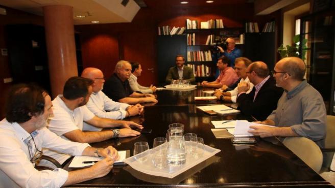 El alcalde de Palma, José Hila (en la foto, presidiendo la mesa), se reúne con las patronales de comercio.