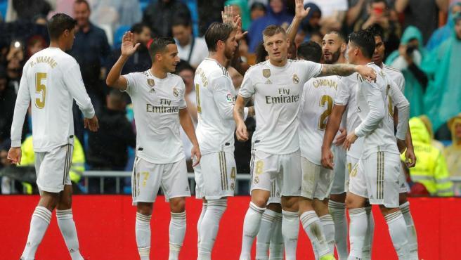 Los jugadores del Real Madrid celebran uno de los goles frente al Levante.