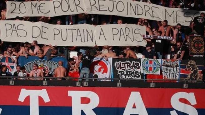 Una de las pancartas expuestas por los ultras parisinos contra Neymar en el partido frente al Estrasburgo.