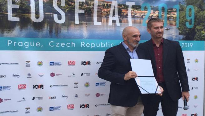 El catedrático e investigador Humberto Bustince recoge en Praga el galardón de manos de Martin Stepnicka, presidente de EUSFLAT