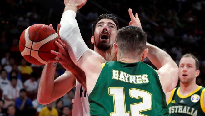 Nando de Colo enfoca a canasta ante Aron Baynes en el Francia - Australia del Mundial de baloncesto.