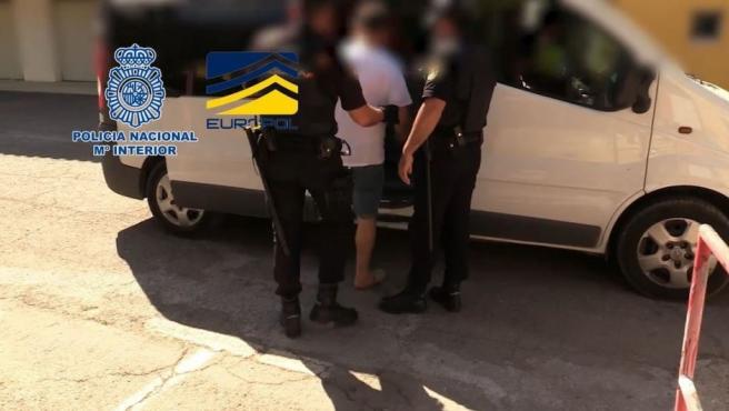 Agentes de la Policía Nacional en el momento de la detención de un implicado.