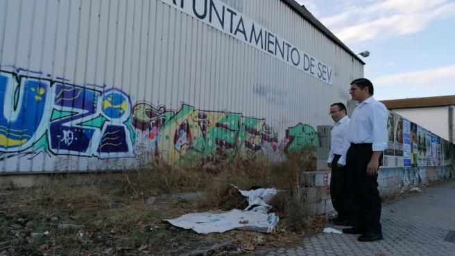 Álvaro Pimentel y el concejal Lorenzo López visitan el antiguo centro cívico de San Jerónimo