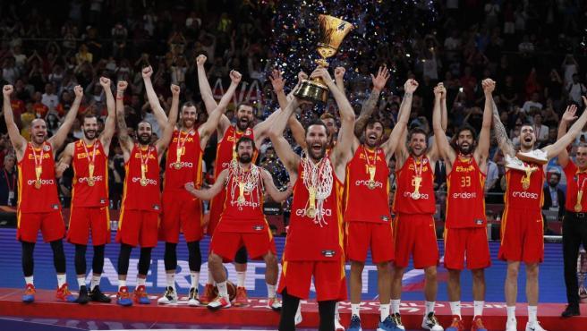 La selección española levanta el título de campeones del mundo de baloncesto.