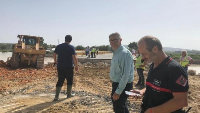 El presidente de la CHS, Mario Urrea, con técnicos de la Confederación y responsables de Bomberos