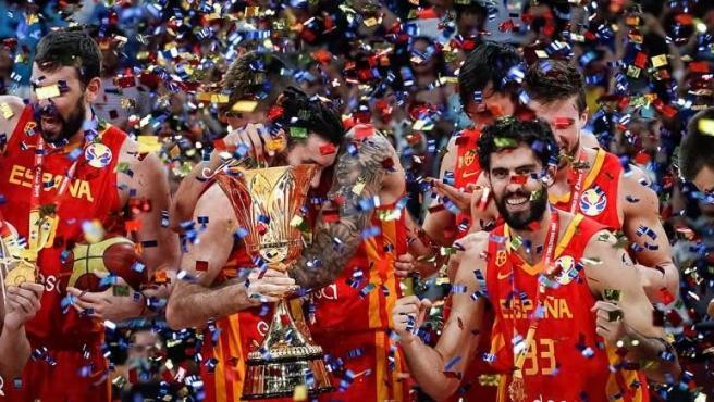 Los jugadores de España celebran el triunfo del Mundial de China.