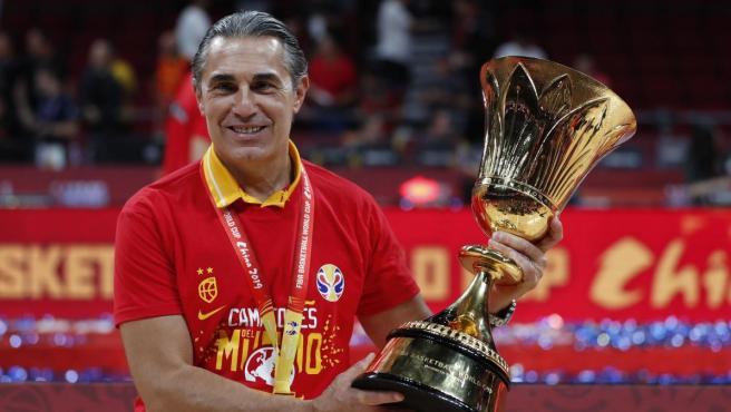 Sergio Scariolo, con la copa del campeón del mundo.
