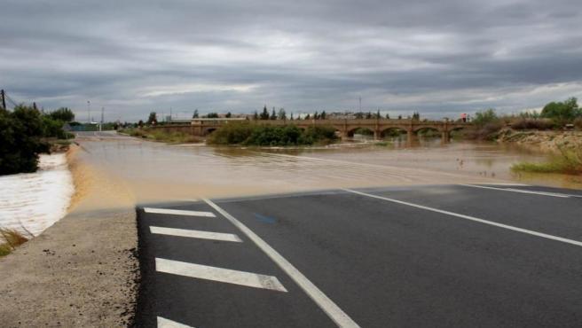 Carretera inundada en Benferri durante el temporal de septiembre de 2019