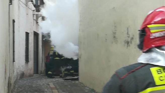 Un efectivo del Consorcio Provincial de Bomberos de Málaga en un incendio en Ronda