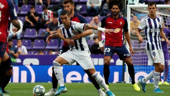 Sergi Guardiola protege el balón ante David García.