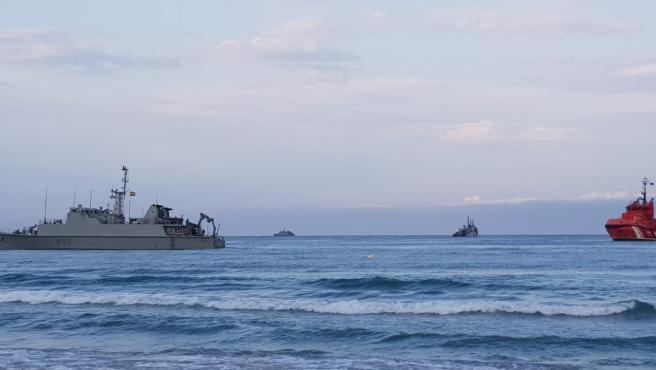 El cazaminas Turia, varado frente a la costa de La Manga del Mar Menor.