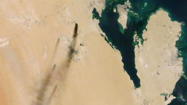 Imagen de satélite facilitada por la NASA, en la que pueden verse las columnas de humo procedentes de los incendios causados por ataques con drones en refinerías de petróleo de la compañía estatal saudí Aramco, en el este de Arabia Saudí.