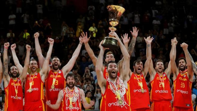 Rudy Fernández levanta la Copa que acredita a España como campeona del Mundo.