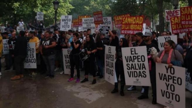 La industria del cigarro electrónico moviliza a cientos de 'vappers' frente a Sanidad para proteger al sector