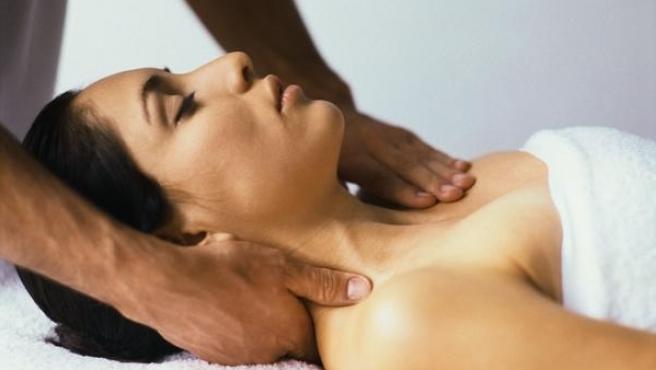 Una mujer recibiendo un masaje.