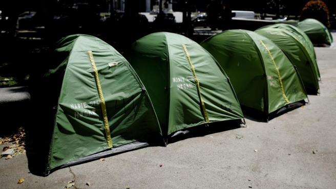 Tiendas de campaña en la zona de los acampados sin techo de Madrid que llevan pernoctando desde hace meses en el Paseo del Prado.