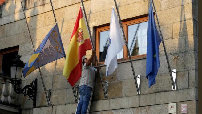 Banderas a media asta en Valga, tras el triple crimen machista.