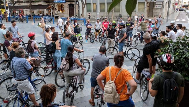 Asistentes a la ruta en bicicleta 'Misteris sobre rodes' en la Semana Europea de la Movilidad.