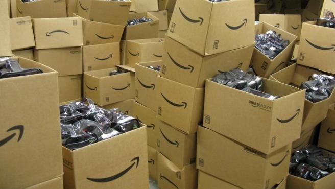 Un almacén lleno de cajas de Amazon.